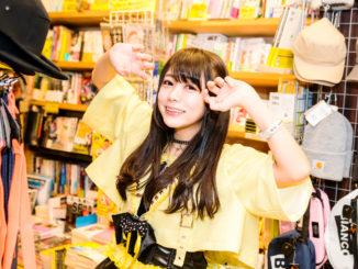 躁病系アイドルゆいざらす、1stシングル『よーいすとっぷ』を7月25日に発売。ヴィレッジヴァンガードとのコラボTシャツの落書き風のデザインがオヘソ…ドツボです!!